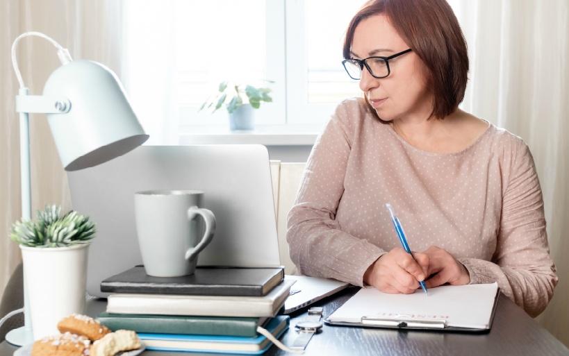 在宅の副業で月5万円を稼ぐのは、アルバイトと比べて大変?