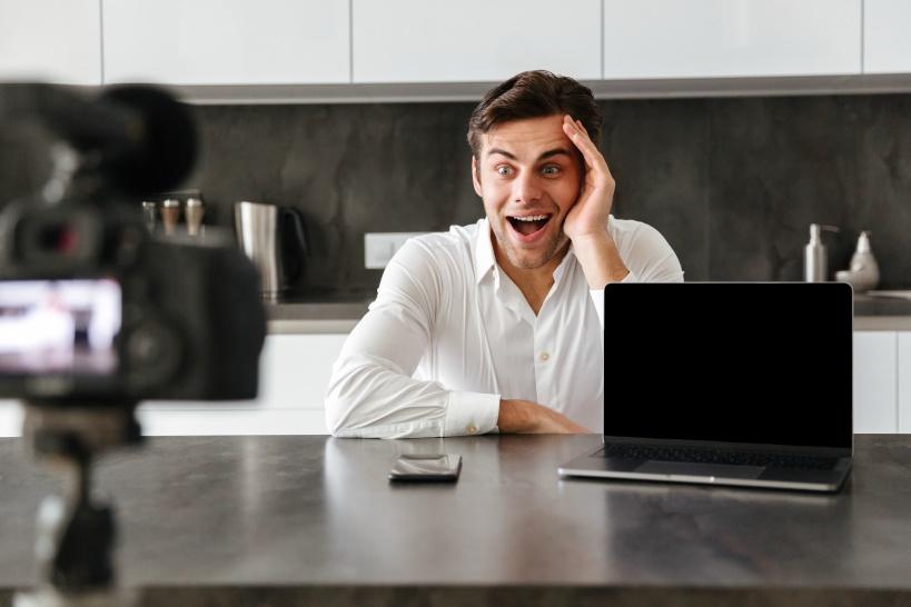 プログラマーの在宅副業。近年は動画配信も人気